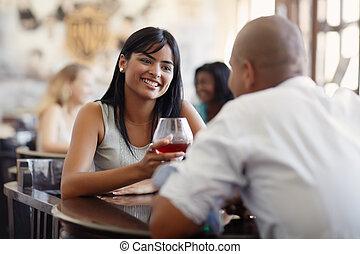 mujer, fechando, hombre, restaurante