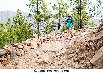 mujer feliz, arrastre correr, en, hermoso, montañas