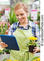 mujer feliz, con, computadora personal tableta, en,...