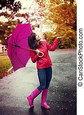 mujer feliz, con, paraguas, verificar, para, lluvia, en, un,...