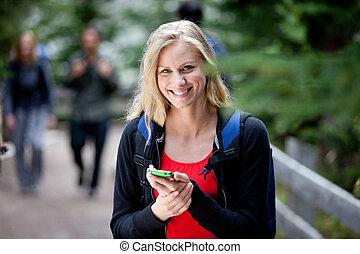 mujer feliz, con, teléfono celular