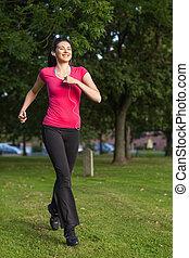 mujer feliz, corriente, en, un, parque verde
