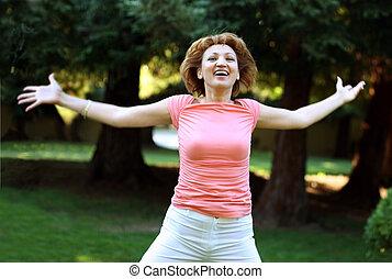 mujer feliz, corriente