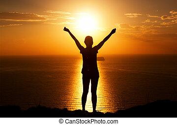 mujer feliz, en, el, roca, con, manos, arriba., ganador, éxito, travel.