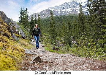 mujer feliz, en, montaña, caminata