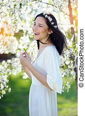 mujer feliz, en, un, primavera, jardín