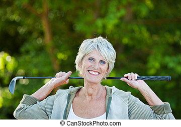 mujer feliz, golf, palo, más viejo