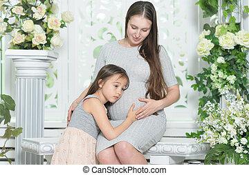 mujer feliz, hija, embarazada