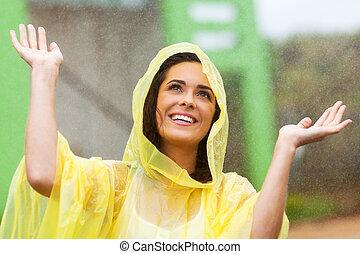 mujer feliz, joven, lluvia, juego