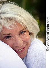 mujer feliz, más viejo