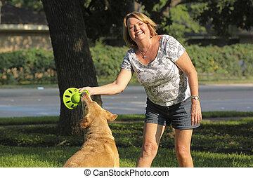 mujer feliz, perro, maduro, juego