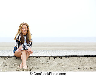 mujer feliz, playa, joven, sentado