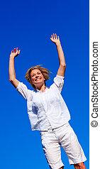 mujer feliz, saltar hacia dentro, un, parque