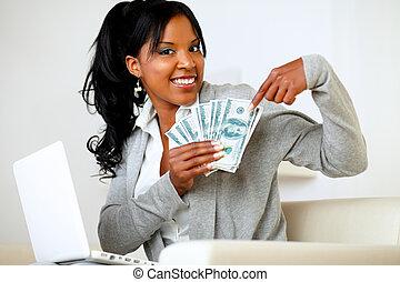 mujer feliz, señalar, abundancia, de, efectivo, dinero