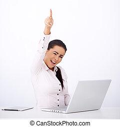 mujer feliz, sentado, en, ella, escritorio, con, uno, brazo levantado