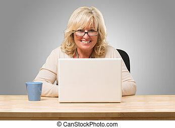 mujer feliz, trabajo encendido, computador portatil
