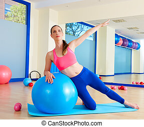 mujer, fitball, pilates, curva, lado, ejercicio