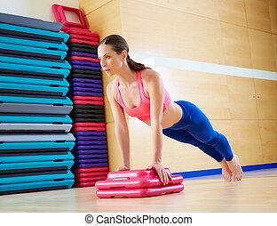 mujer, flexiones, entrenamiento, arriba, empujón, ejercicio