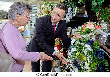 mujer, flores, escoger