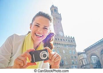 mujer, foto, joven, vecchio, frente, cámara, palazzo, feliz