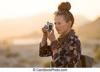 mujer, foto, toma, viajero, fotos, cámara, retro