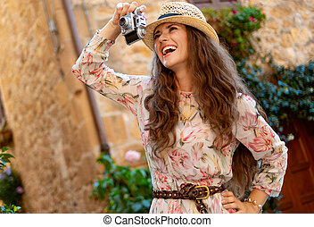 mujer, foto, toma, viajero, fotos, cámara, retro, película