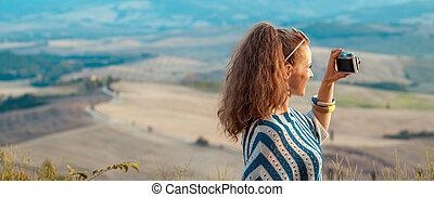 mujer, foto, toma, viajero, fotos, cámara, retro, sonriente