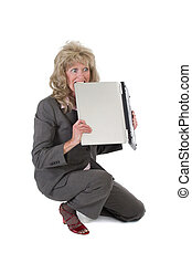 mujer, frustrado, con, computador portatil, morder, él