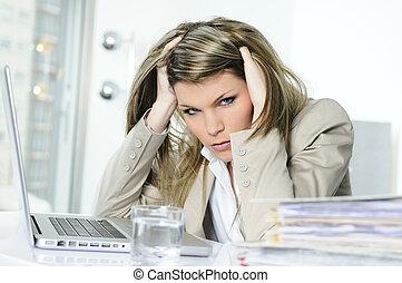 mujer, frustrado, trabajando, computadora