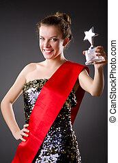 mujer, ganando, el, concurso de belleza