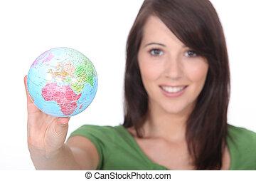 mujer, globo, joven, tenencia, mundo, afuera