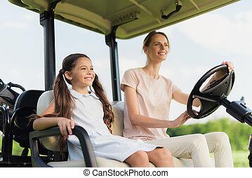 mujer, golf, angle., carrito, bajo, ir, niña, vista