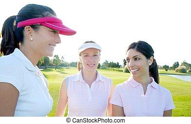 mujer, golf, tres, curso, hierba verde, fila