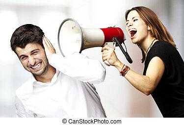 mujer, gritos, con, megáfono