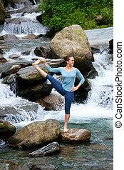 mujer, hacer, ashtanga, vinyasa, yoga, asana, aire libre, en, cascada