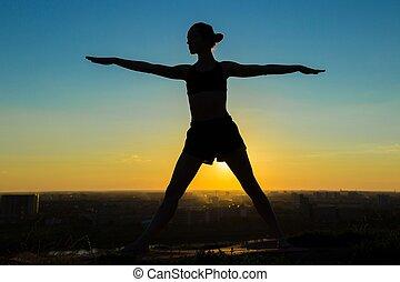 mujer, hacer, ashtanga, yoga, en el parque, en, ocaso