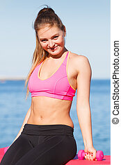 mujer, hacer, deportes, aire libre, con, dumbbells