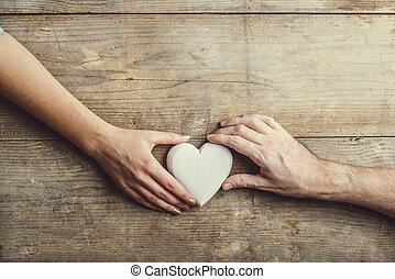 mujer, heart., conectado, manos, por, hombre