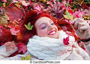 mujer hermosa, acostado, en, otoño sale