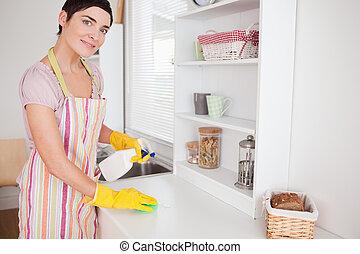 mujer hermosa, alacena, limpieza