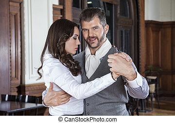 mujer hermosa, amaestrado, tango, mientras, hombre sonriente