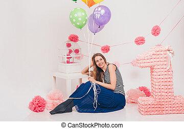 mujer hermosa, coloreado, sentado, piso, fondo., tenencia, blanco, feriado, globos, niña