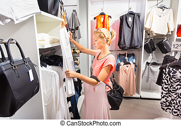mujer hermosa, compras, en, ropa, store.