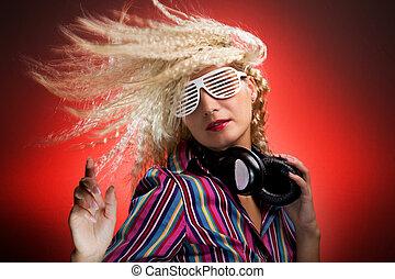 mujer hermosa, con, auriculares, bailando