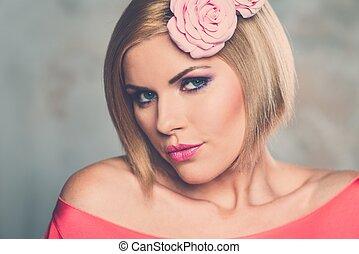 mujer hermosa, con, capullo de rosa