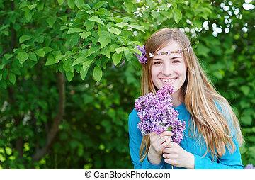 mujer hermosa, con, flores, de, lila, en, el, manos