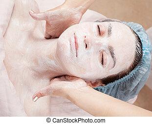 mujer hermosa, con, piel clara, obteniendo, máscara facial, en, salón