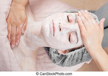 mujer hermosa, con, piel clara, obteniendo, tratamiento de belleza, de, ella, cara, en, salón