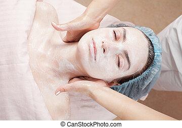 mujer hermosa, con, piel clara, obteniendo, tratamiento de belleza, de, ella, cara, en, salon., claro, skin.