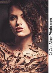 mujer hermosa, con, tatuajes